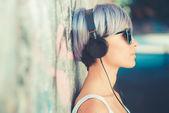 Femme hipster avec musique de casque — Photo