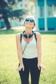 Hipster frau mit kopfhörern musik — Stockfoto