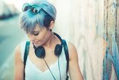 Donna hipster con musica cuffie — Foto Stock