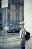 Mulher de hipster bela jovem loira de cabelo curto — Fotografia Stock