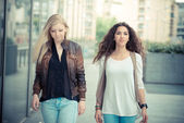 Blonde and brunette beautiful stylish young women — 图库照片