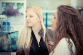 Blonde and brunette beautiful stylish young women — Stock fotografie