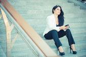 Mujer de negocios elegante hermoso largo pelo negro usando smartphon — Foto de Stock