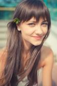Belle jeune femme avec robe blanche — Photo