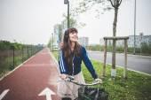 Biker femme beau vélo — 图库照片
