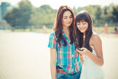 Beautiful hipster young women sisters friends dancing — Stock Photo