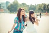 Hipster pięknych młodych kobiet siostry przyjaciół tańca — Zdjęcie stockowe