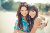美丽时髦年轻妇女姐妹朋友 — 图库照片