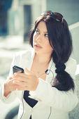 Affärskvinna med smartphone — Stockfoto