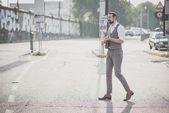 Uomo con grandi baffi suonare mandolino — Foto Stock