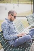 Uomo moderno utilizzo tablet — Foto Stock