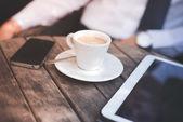 Xícara de café, tablet e Smartphone — Fotografia Stock