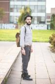 Hipster bearded man in hat in town — Stockfoto