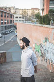 Hipster bearded man in hat in town — Stock fotografie