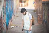 Hipster moderna människan poserar på gatan — Stockfoto