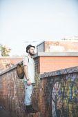 Hipster moderne mens die zich voordeed op de straat — Stockfoto