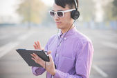 Man with tablet and headphones — Foto de Stock