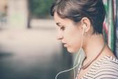 Mladí bederní žena poslechu hudby — Stock fotografie