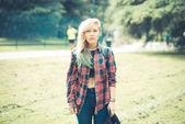 Vackra unga blonda hår kvinna hipster — Stockfoto