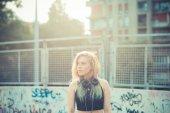 Linda loira jovem mulher hipster escuta música — Fotografia Stock