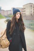 Schöne Mädchen im Winter-Stadt — Stockfoto