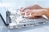 Ręce kobiety pisania na laptopa — Zdjęcie stockowe