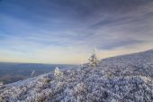 Winter landscape with a view of the hilly to mountainous with fr — Stockfoto
