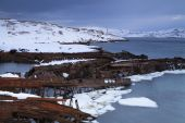 View of snow-covered shore with old boats — Stock Photo