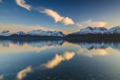 The shore of a mountain lake at sunset — Stock Photo
