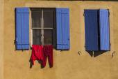 Two windows with blue shutters. France.Languedoc. Camargue. — Stock Photo