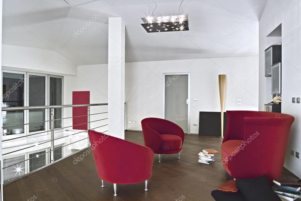 fauteuils de velours rouge dans le salon moderne avec sol en parquet photographie aaphotograph. Black Bedroom Furniture Sets. Home Design Ideas