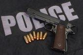 M1911 handgun with ammo — Stock Photo