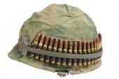 Nosotros Ejército casco con funda de camuflaje — Foto de Stock