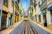 Lissabon spårvagn och gränd — Stockfoto