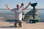 Hilarious senior man tourist on Gibraltar Rock — Stok fotoğraf