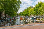 Vista a la ciudad de amsterdam canal, puente y bicicletas, holanda, neth — Foto de Stock