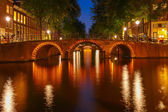 Night city view of Amsterdam canals and seven bridges — Stock fotografie