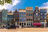 Vue sur la ville de rue typique d'amsterdam avec maisons hollandais, hollande — Photo