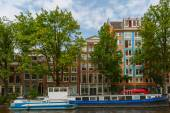 City view of Amsterdam canals and typical houses, Holland, Nethe — Stockfoto