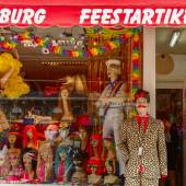 Storefront clothing, wigs and accessories with gay trappings dur — Stock Photo
