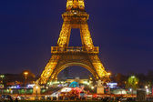 Cityscape with the shimmering Eiffel Tower at night in Paris — Stockfoto