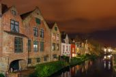 Cityscape with the picturesque night canal in Bruges — Stock Photo