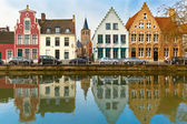 Scenic city view of Bruges canal with beautiful houses — ストック写真