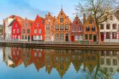 Scenic city view of Bruges canal with beautiful houses — Stockfoto