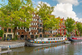 Amsterdam canal with picturesque houseboats, Holland, Netherlands — Stock Photo