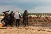 Tourist and three nuns admire the view from Castle Hill in Vilnius, Lithuania — Stock Photo
