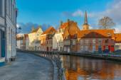 Scenic Bruges canal with beautiful houses and church — Foto de Stock