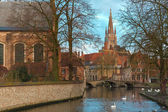 Landscape at Lake Minnewater and church in Bruges, Belgium — Foto de Stock