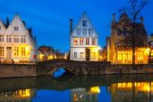 Night Bruges canal with beautiful colored houses — Stockfoto
