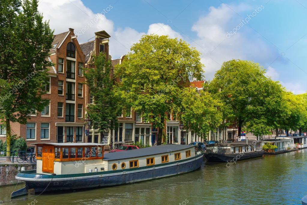 canal de amsterdam com casas flutuantes holanda u fotografia de stock